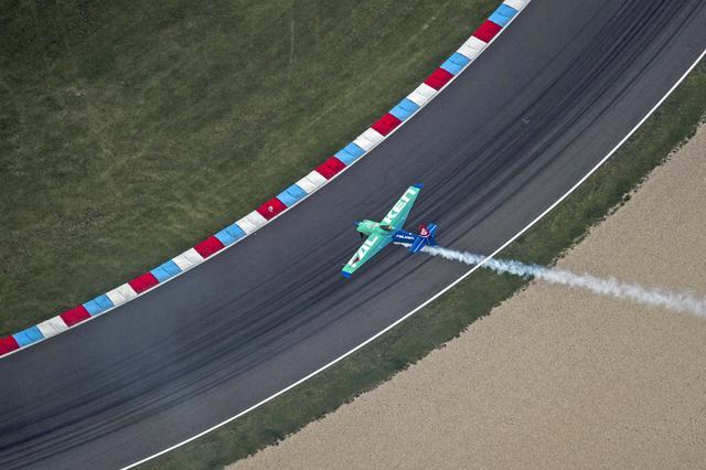 画像: 上空から見たレース中の室屋機。下に見えるのは、レーシングサーキットそのもの。