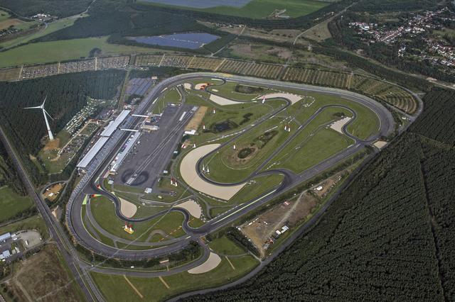 画像: コースはトライオーバル型レーストラック内に設置された。このコースを2周してタイムを競う。