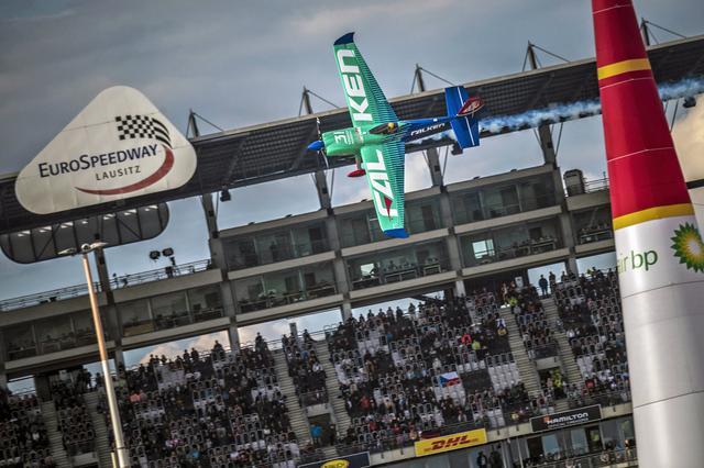 画像: レース中の室屋機。サーキットのスタンドがエアレースでも観戦スタンドになっている。