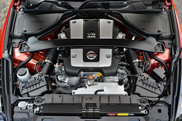 画像: 3.7Lの自然吸気V6のスペックに変更はないが、振動が減って吹け上がりがスムーズになったようだ。