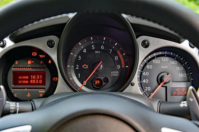 画像: 中央にタコ、右にスピード、左に燃料/水温とインフォメーションディスプレイを備えた3連メーター。