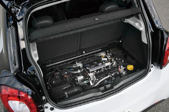 画像: リアのオーバーハングに搭載されるエンジン。