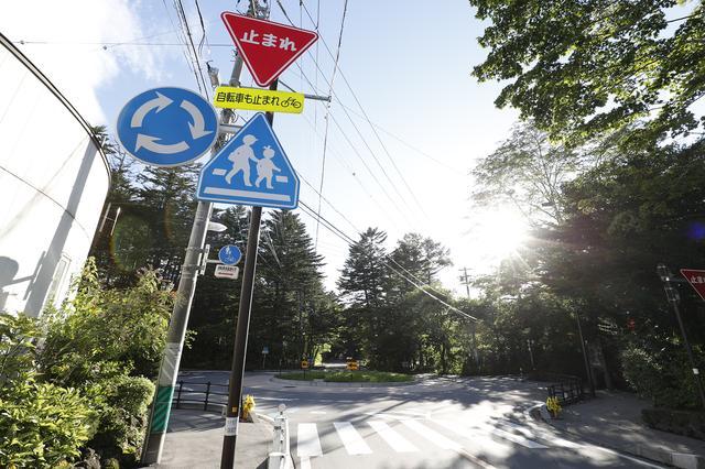 画像: 諸外国のラウンドアバウトは、右側から環道を走るクルマが来なければ停車せず侵入できるが、この六本辻ラウンドアバウトの場合、進入する前に一時停止が求められる。