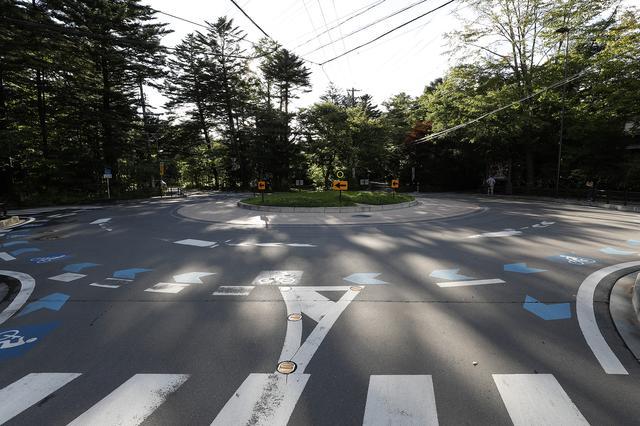 画像: 長野県軽井沢町の旧軽井沢にある六本辻交差点は、平成24年からラウンドアバウトになった。