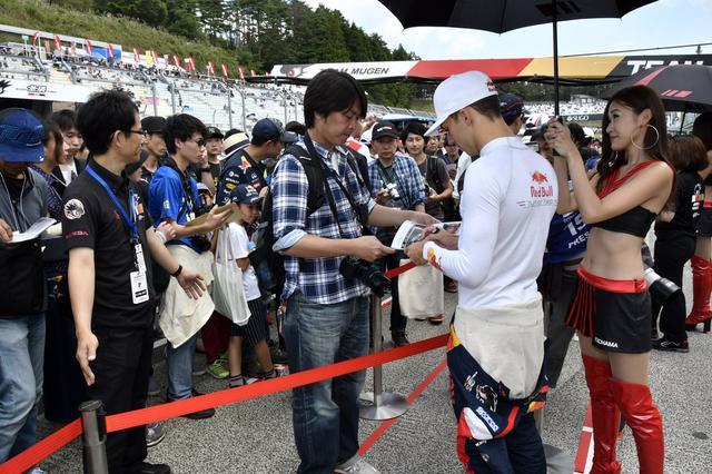 画像: ファンからのサイン攻めでピットウォークは大混雑