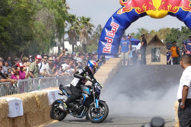 画像: レッドブル ボックスカートレースの合間に催されたバイクパフォーマンス。