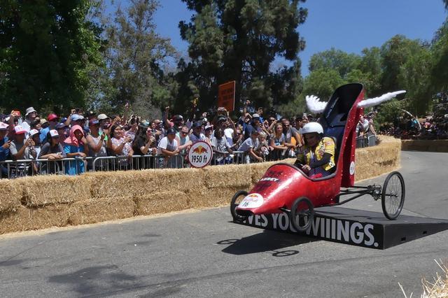 """画像: レッドブル ボックスカートレース最後の難所、""""GIVES YOU WINGS.""""=翼を授けると書かれたジャンプ台。観客のテンションも最高潮に達する。"""