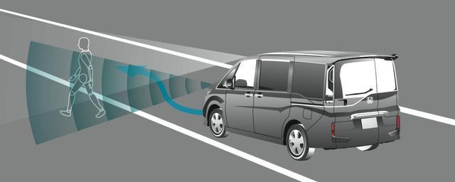 画像: 歩行者事故低減ステアリングは、走行中に車線を逸脱し路側帯側の歩行者と衝突する可能性がある場合に音と表示で警告。ステアリングを制御して回避の支援を行う。