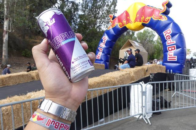 画像: ロサンゼルスのレース会場内で、美人のレッドブルガールズから受け取った清涼飲料水「レッドブル」で記念に1枚。