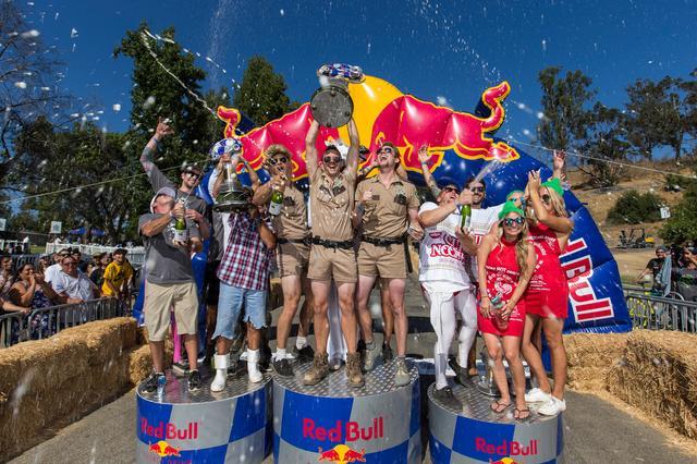 画像: レッドブル ボックスカートレースのフィナーレとなる表彰式&シャンパンファイト。