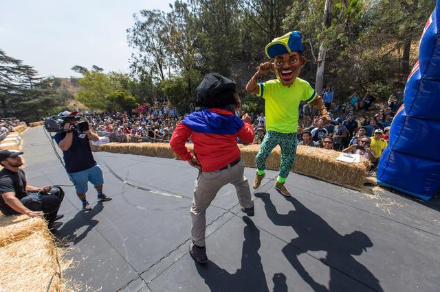 画像: レッドブル ソープボックスレース出走前に繰り広げられるパフォーマンス。寸劇やダンスなどさまざま。