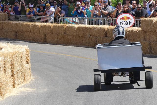 画像: 車輪の強度とグリップを確保するため、こうした太いタイヤを履くと摩擦が増えてスピードが出ない、なんてことも。そのさじ加減が難しいようだ。