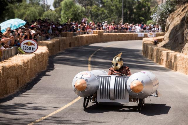 画像: レッドブル ボックスカートレースに出場するカートたちはすべて自作。重量があると、コーナーで車輪が悲鳴をあげる。