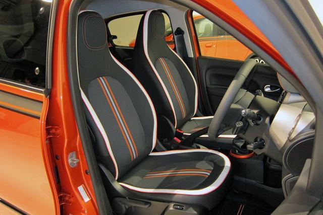 画像: レザー調とファブリックのコンビシートもホワイトとオレンジを効果的に配色している。