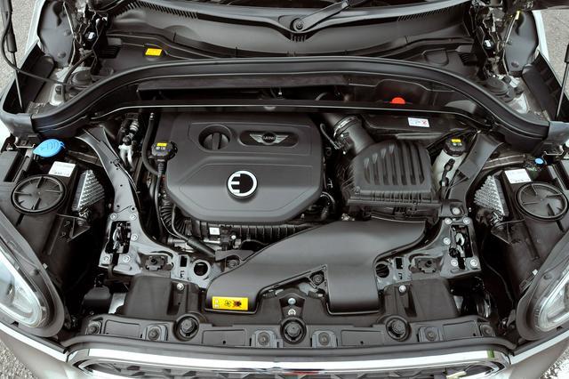 画像: クーパーS E クロスオーバー オール4の1.5L直3ターボエンジンは136ps/220Nmを発生し、フロントタイヤを駆動。リアの駆動はは88ps/165Nmを発生するモーターが担当。