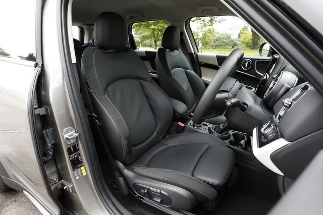 画像: フロントシート。この「レザー クロスパンチ カーボンブラック」のスポーツシートは38万8000円のオプションとなる。