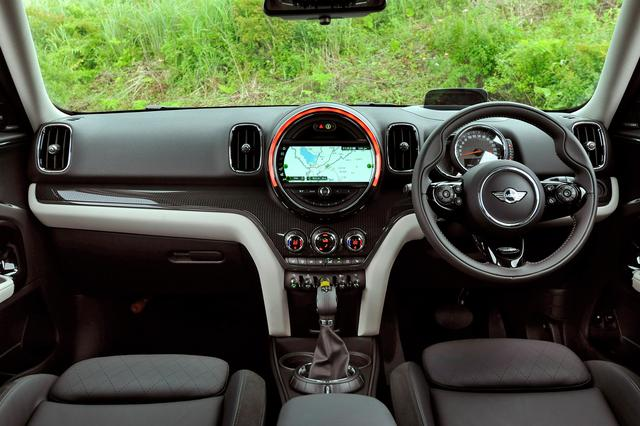画像: MINI クーパーS E クロスオーバー オール4の複眼メーターの右側がスピードメーター、左側にはモーターの出力計を配置。タコメーターは備わっていない。