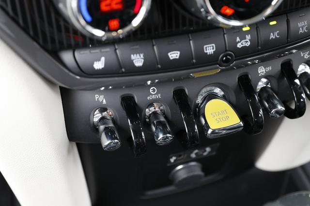 画像: 走行モード切替はスタート/ストップスイッチ(黄色のスイッチ)の左にあるトグルスイッチを押す。