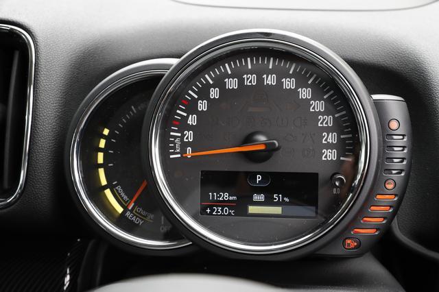 画像: 中央に260km/hスケールの速度計。左は回転計ではなくパワーインジケーターに変わる。右のバーは燃料計。