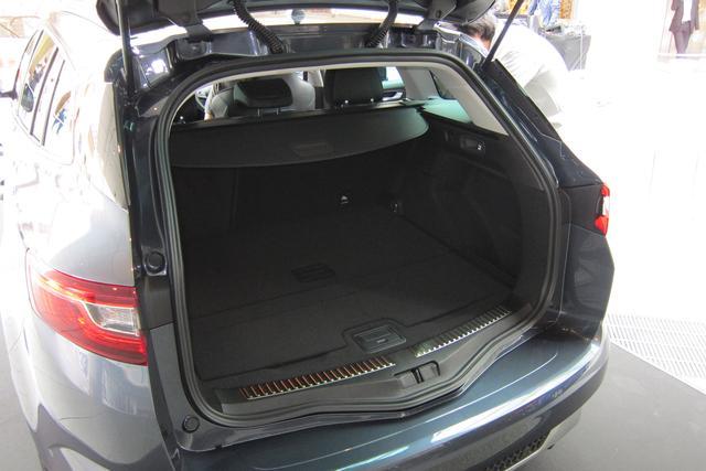 画像: スポーツツアラーGTは全長240mm長いことによるラゲッジルームの大きさが魅力。車両重量は50kg重くなる。