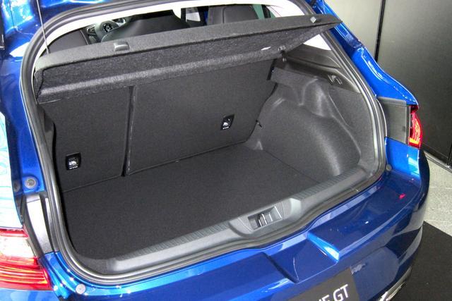 画像: ショートボディハッチバックのメガーヌ GTは必要十分なラゲッジルーム容量。