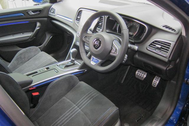 画像: メガーヌ GTのシートはアルカンターラのスポーツシートを採用。
