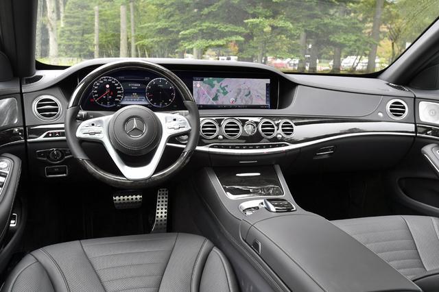 画像: S560のインテリア。本革巻きウッドステアリングやステンレスのペダルなどはAMGラインのオプション。