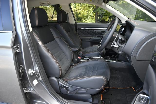 画像: フロントシート。シートにもオレンジ色のステッチが入る。