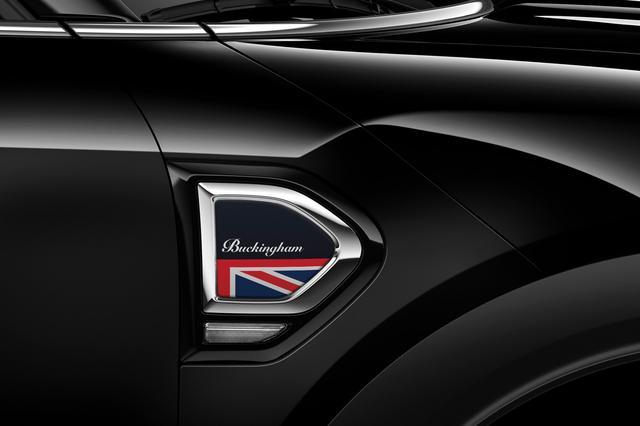 画像: バッキンガムモデル専用のサイドスカットルはイギリスの国旗ユニオンジャックをモチーフにする。