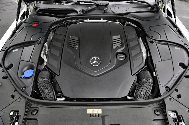 画像: S560のエンジンは、4LのV8DOHCツインターボ。これもカバーで本体は見えない。