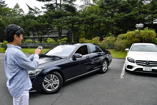 画像: クルマの外からスマホの操作で駐車が可能なリモートパーキングアシストを試す。運転席に人は乗っていない!