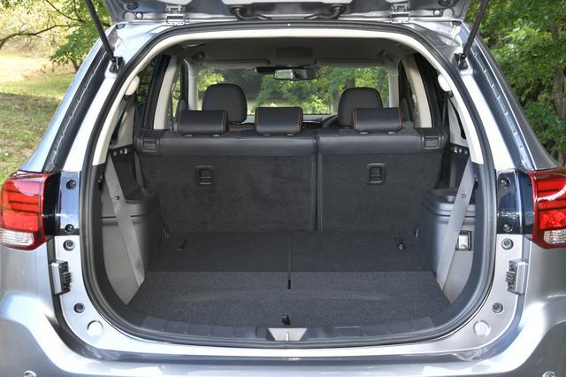 画像: サードシートを畳んだ場合。キレイに収納され、フラットな荷室になる。