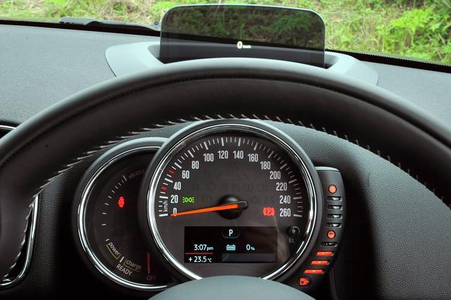 画像: クーパーS E クロスオーバー オール4の複眼メーターの右側がスピードメーター、左側にはモーターの出力計を配置。タコメーターは備わっていない。