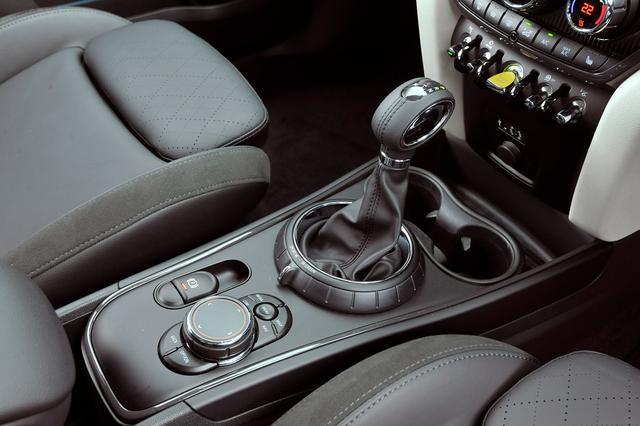画像: クーパーS E クロスオーバー オール4のエンジンスタートスイッチは通常のモデルと異なりイエローとなる。