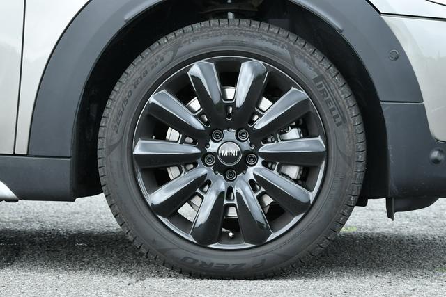 画像: このクーパーS E クロスオーバー オール4のホイールはオプション設定されているもので、225/50R18のタイヤを履く。