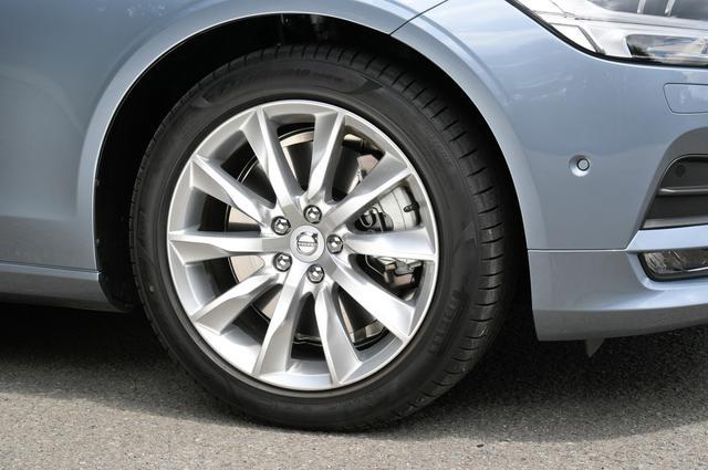 """画像: V90 T5モメンタムの装着ホイールは10スポーク""""Turbine""""8.0J×18インチ、タイヤサイズは245/45R18でピレリのV90専用タイヤを履く。"""