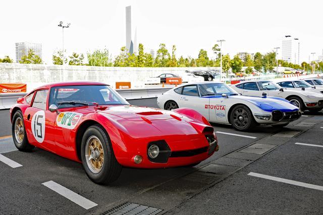 画像: 第3回日本GP時の細谷四方洋車(左)、米SCCAシリーズを走ったキャロル・シェルビーがプロデュースした車両(右)のレプリカ仕様も参加。
