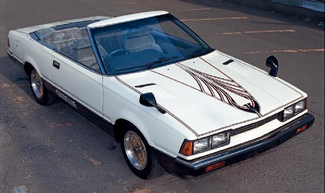 画像: 小暮課長専用の瀟洒なコンバーチブル。パートⅠから登場し、オープニング場面で、石原裕次郎演ずる小暮謙 三捜査課長が自動車電話をかけながら颯爽と登場するシーンが目に焼き付いている人は多いと思う。ベースは1979(昭和54)年にデビューしたガゼール(3代目シルビアの兄弟車)で、PS110型の2000XE-Ⅱ。