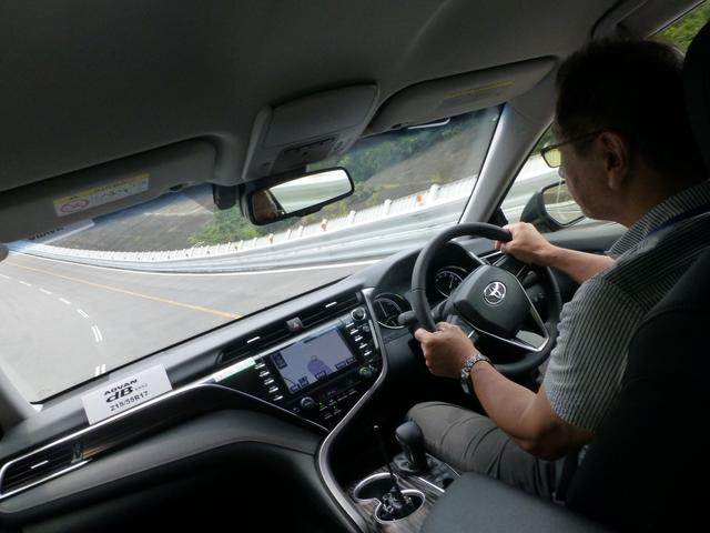 画像: 高速周回路を走行。ドライバーは筆者の「こころの師匠」こもだきよし先生にお願いしました。