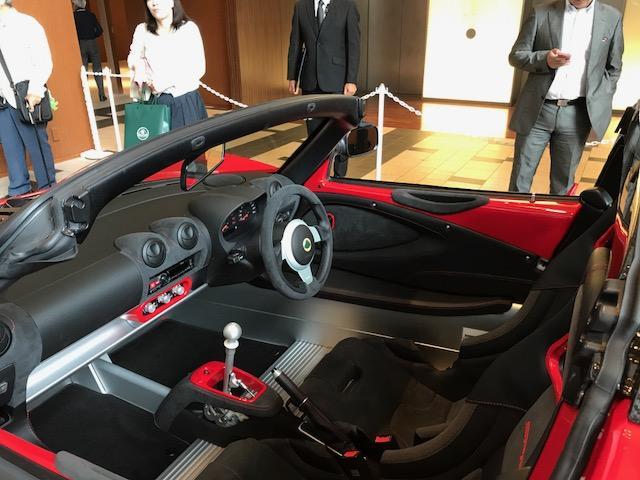 画像: バケットシートはカーボンファイバー製、リアウインドウはポリカーボネイトを使用している。