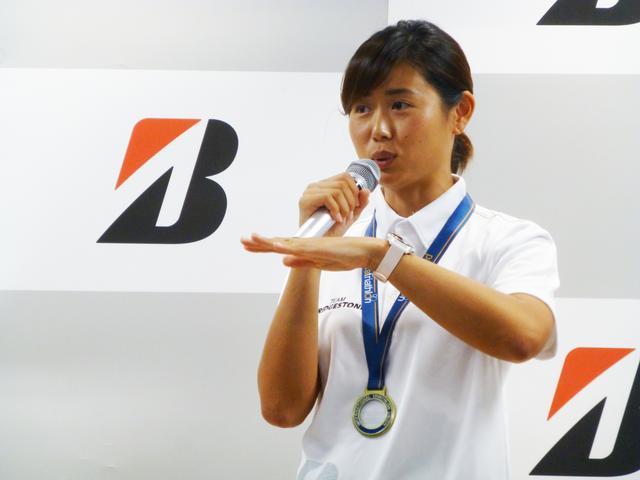 画像: 秦 由加子選手は1981年千葉県出身。13歳で骨肉腫を発症、右足の大腿部切断を余儀なくされたが、2008年障がい者水泳チームで水泳を再開、2012年にトライアスロンに転向した。