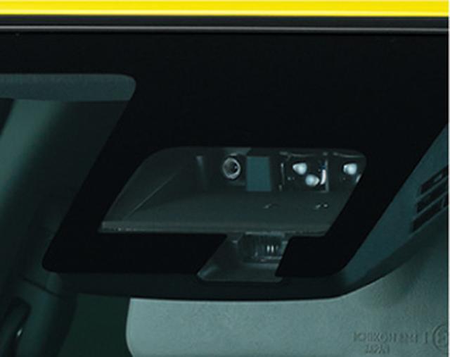 画像: 約65 ~ 100㎞ /hで走行中、単眼カメラで車線を確認。逸脱の可能性が高いと判断した場合車線内に車両を戻す力をステアリングに与え、ドライバーに逸脱防止操作を促す、車線逸脱抑制機能をセーフティパッケージ装着車に搭載。