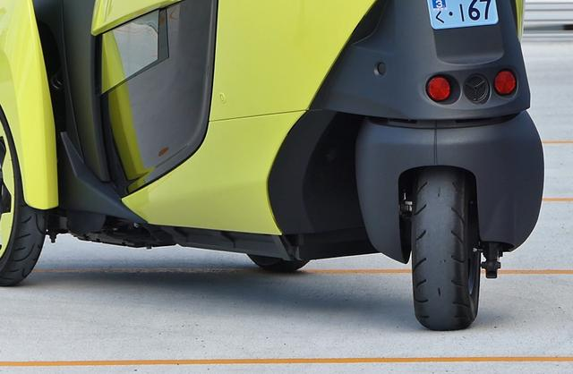 画像: トヨタ i-ロードの後輪は、まるでフォークリフトのような動き。慣れるまでに少し時間がかかりそうだ。