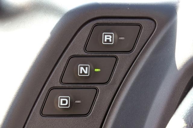 画像: トヨタ i-ROADにシフトレバーはなく、ボタンで選択。駐車するときは「N」にする。