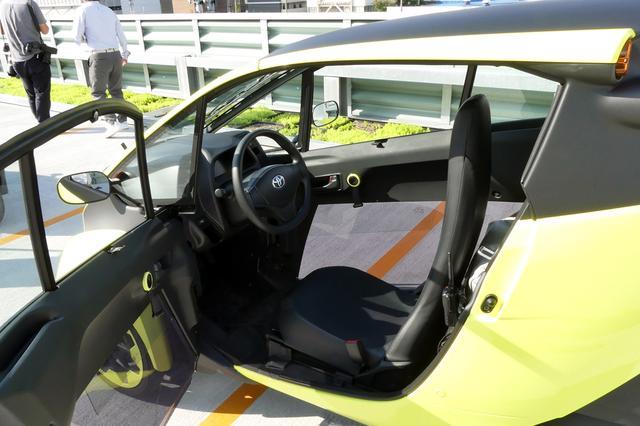 画像: i-ROADは軽量化のためドアはアクリルの部品を多く採用している。ちなみに、左右ドア両方が開閉する。