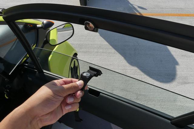 画像: i-ROADのサイドウインドウは手動式。軽いのでマグネットで固定できてしまう。
