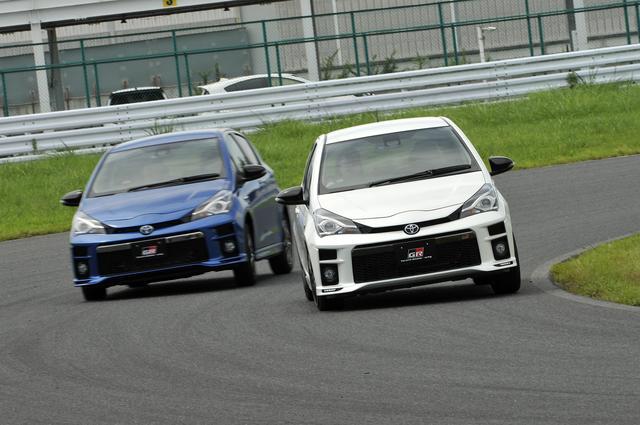 画像: 右前がヴィッツGR、左後ろがGRスポーツ。エンジンはどちらもノーマルだが、チューニングの度合いが違い、GRの方がスポーツ性が高い。