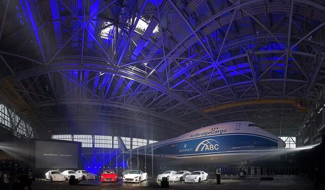 画像: 成田空港の航空機格納庫で行われた発表会。このニューモデルのオーナーも集まった。