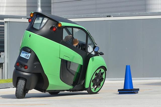 画像: トヨタ i-ROADの最小回転半径は2.3mと一般的なコンパクトカーの約半分の数値だ。