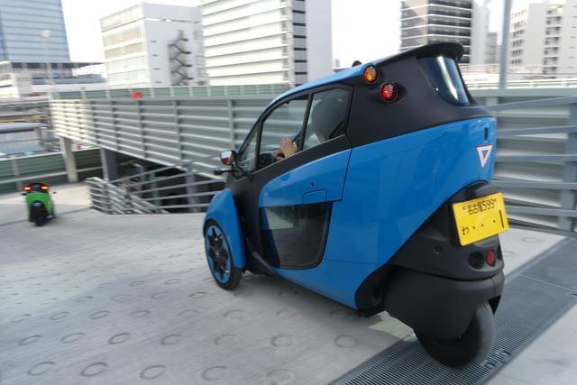 画像: 2人乗りのi-ROADは軽自動車登録の黄色ナンバーではあるが、最高速60km/hなので高速道路を走ることはできない。